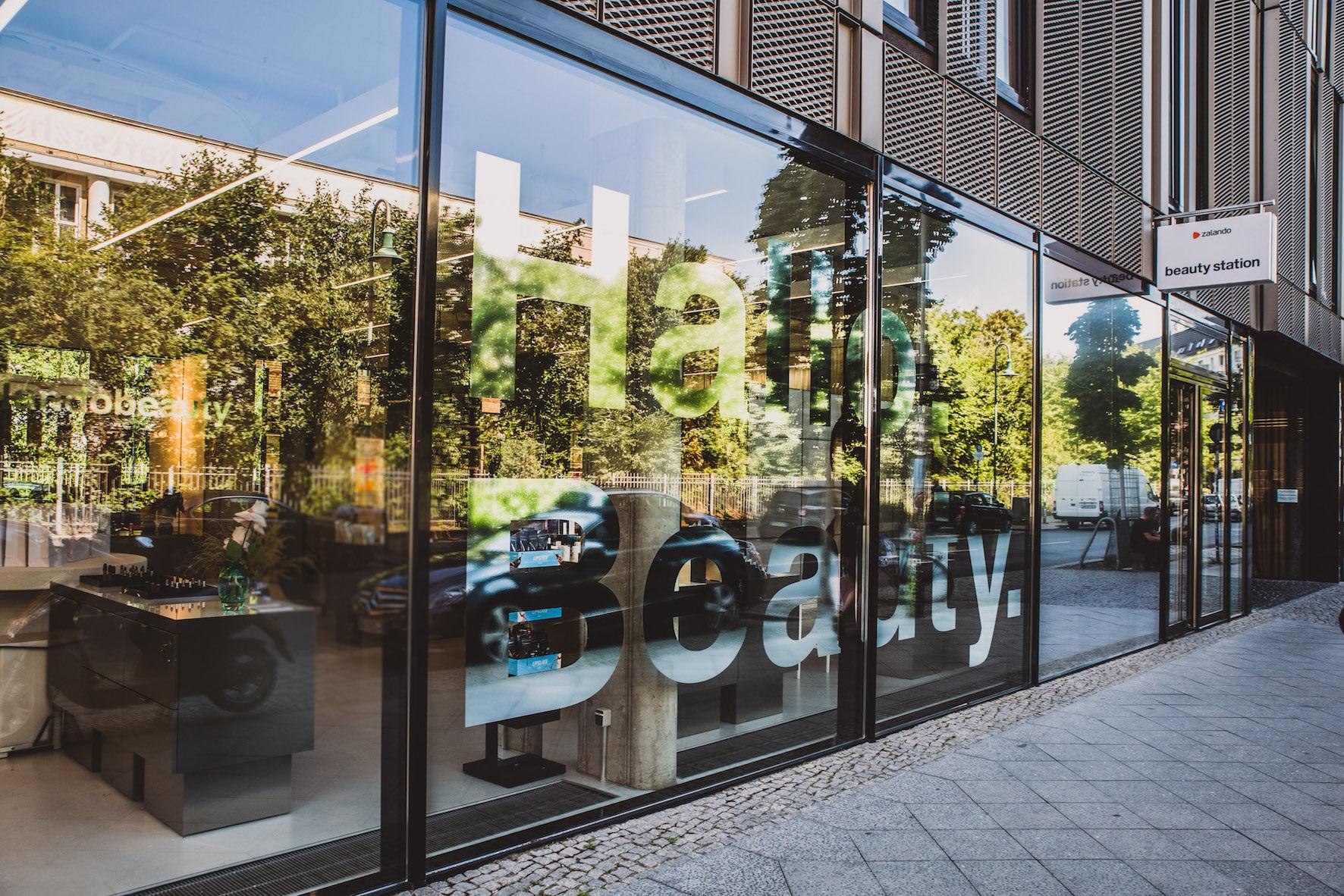 431a03ea2e1 In questa occasione ha annunciato la disponibilità dei principali brand  Estée Lauder – M.A.C Cosmetics, Estée Lauder, Clinique e Origins – sia  online sia ...